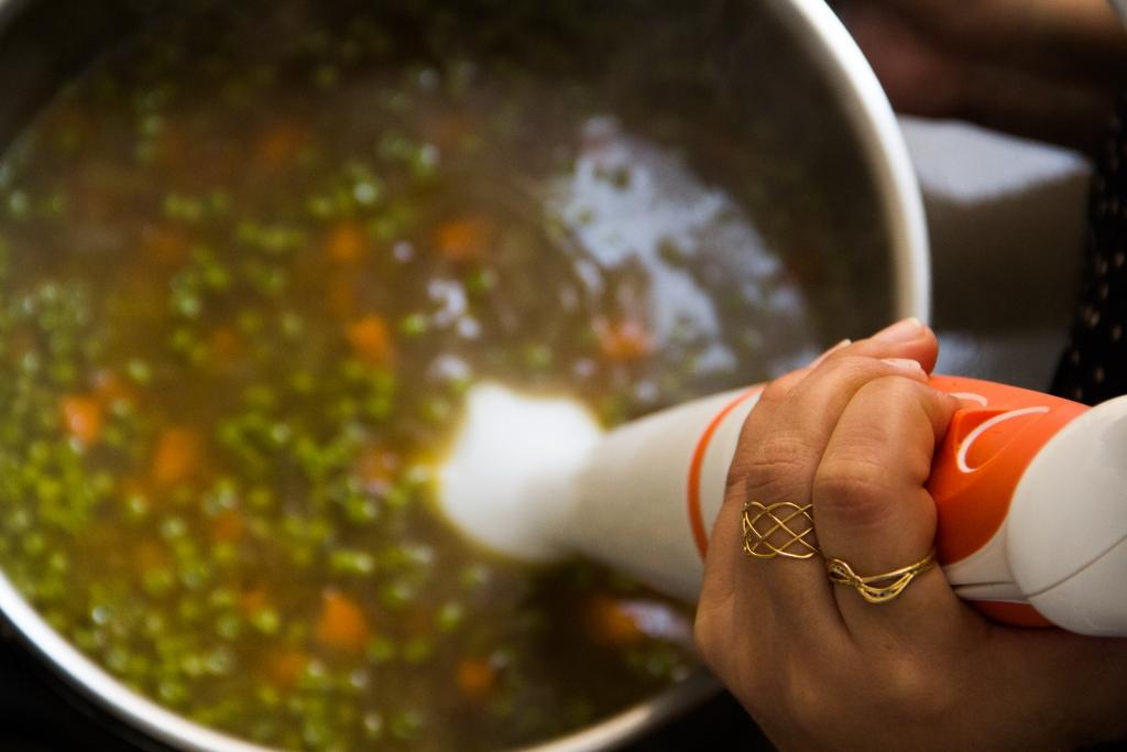 טחינת המרק בבלנדר|צילום: נעמי גולן