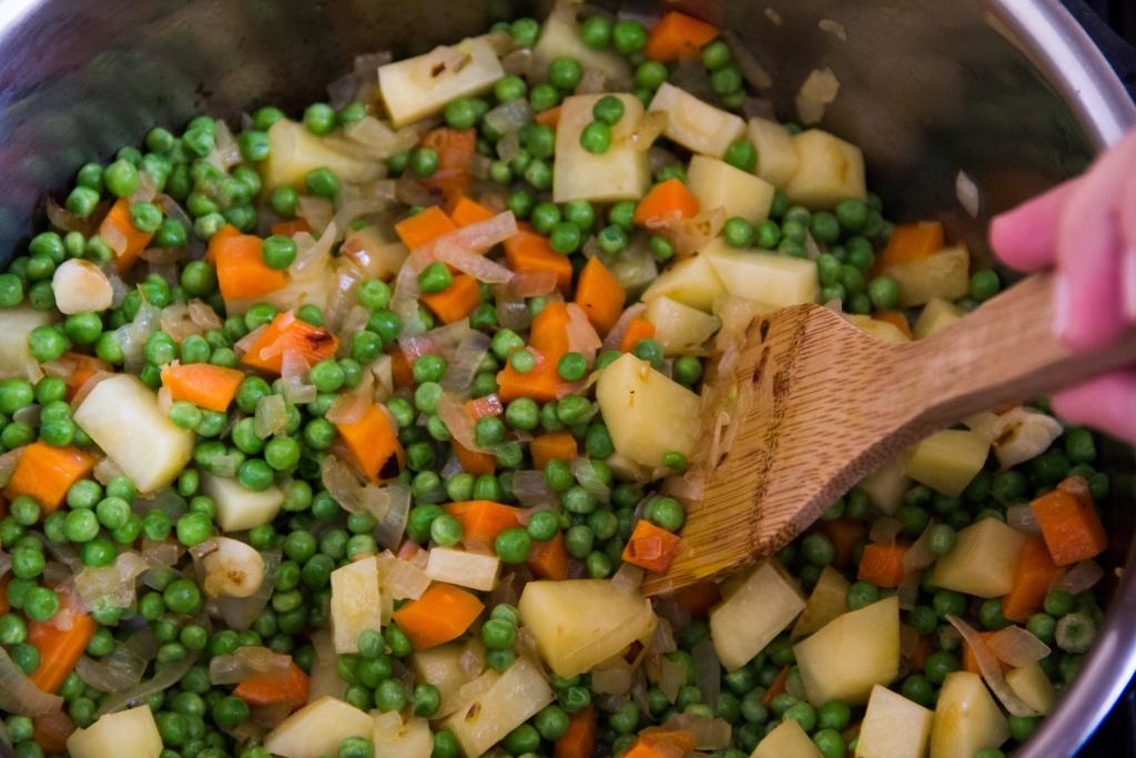הוספת הירקות למרק|צילום: נעמי גולן