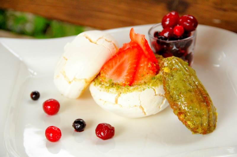 טעים. פבלובה שיצר שף קונדיטור ארז עמוס|צילום: עמל דכוואר