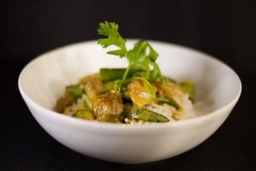 תבשיל הודי עם במיה וחצילים בקארי
