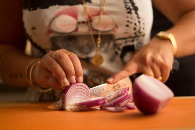 חיתוך את הבצל לרצועות | צילום: נטע גפני