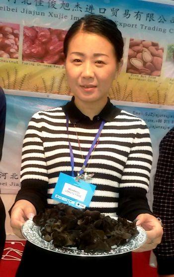 מעדני פטריות שחורות בדוכן הסיני