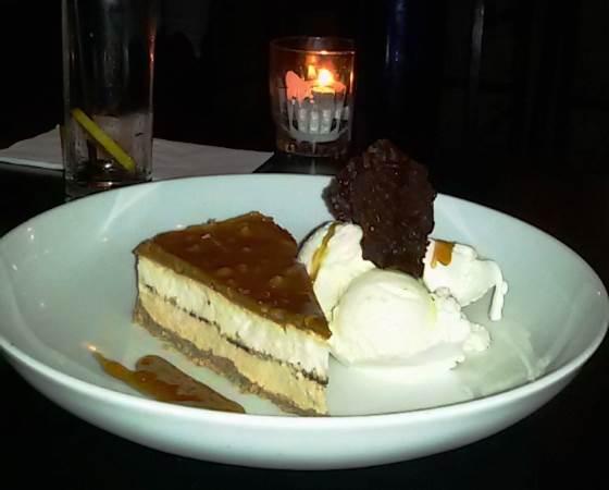 """לקינוח, עוגת פאדג' שוקולד חמה וגלידת וניל צילום: יח""""צ"""